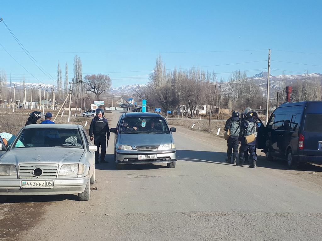 КПП на дороге между селами Масанчи и Каракемер, установленный после вспышки насилия.