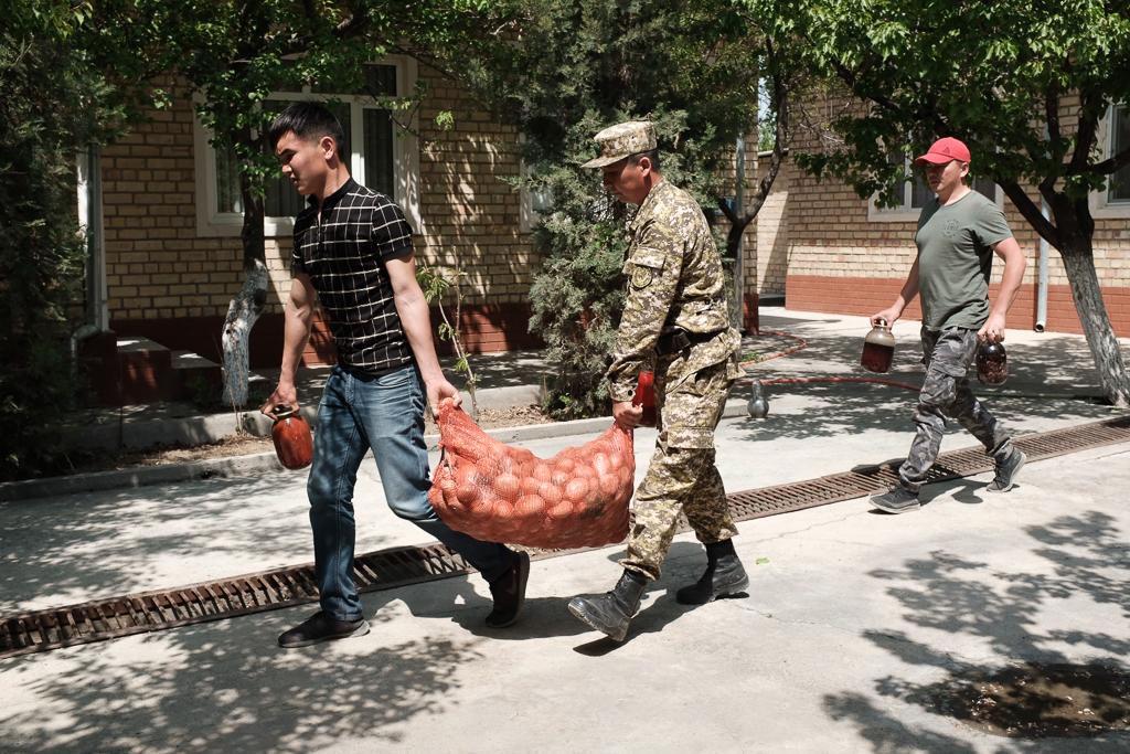 Помощь прибывает в Баткен.