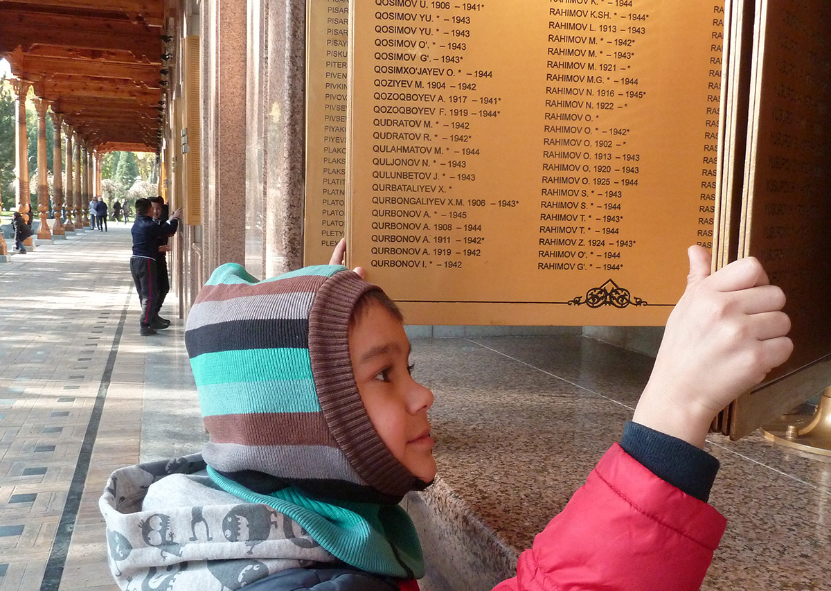Сын Саралаевой Даниэль. Многие туристы, как и Саралаева, привезли своих детей, чтобы открыть для них новые культурные горизонты.