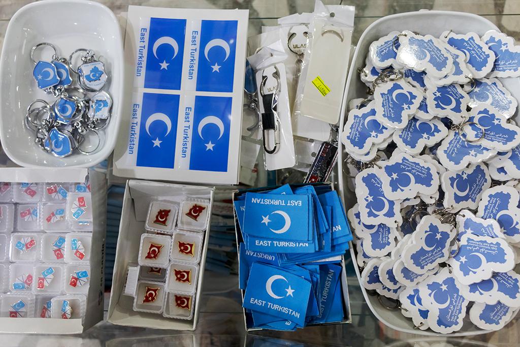В своем магазине в районе Зейтинбурну Абитоглу также продает различные предметы с символикой Восточного Туркестана и Турции.